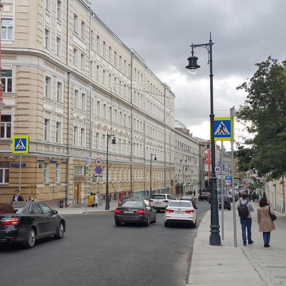 Стальная уличная опора освещения с чугунными литыми элементами Балчуг 3